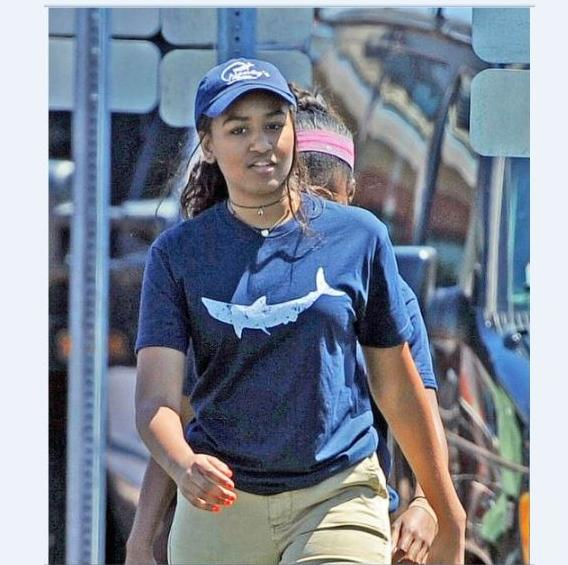 Sasha Obama serveuse dans un restaurant de fruits de mer2